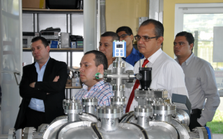 Académicos centroamericanos en una presentación en el Laboratorio de Plasma de la Escuela de Electrónica.
