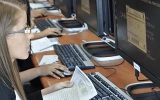Imagen de una estudiante frente a la computadora