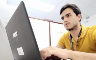 Esteban Valenzuela utilizando una computadora.