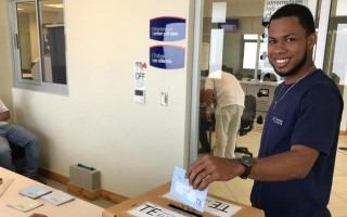persona votando en urna