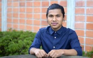 Imagen de un estudiante indígena del TEC sentado.