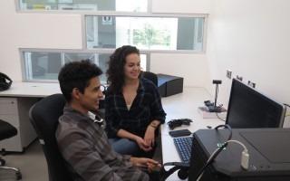 estudiantes-observando-computadora-investigacion-san-carlos-