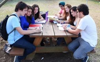 estudiantes_sentados_estudiando_