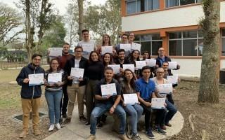 grupo de estudiantes con título