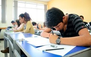 estudiantes realizando examen