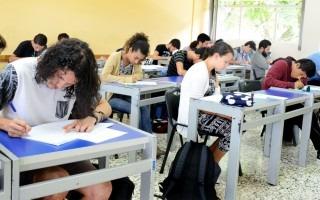 estudiantes_aplicando_examen_