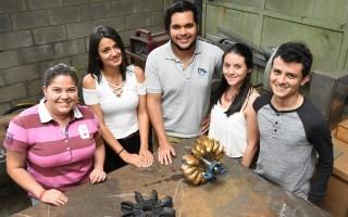 Cinco estudiantes posan alrededor de la turbina que fabricaron.