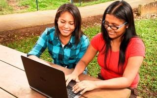 dos mujeres frente a computadora portátil
