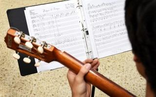 tocando_guitarra_
