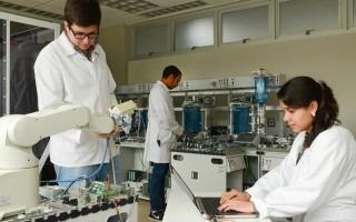 estudiantes hombres y mujeres en un laboratorio