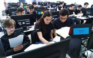 estudiantes_sentados_frente_a_computadoras_