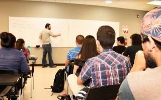 estudiantes_recibiendo_lecciones_en_un_aula_del_tec