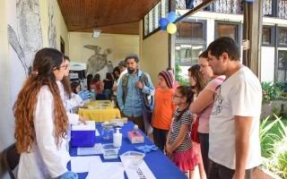 imagen de varios estudiantes del TEC mostrando proyectos científicos al público