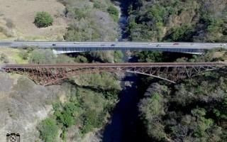 Imagen del puente ferroviario sobre el río Grande de Atenas.