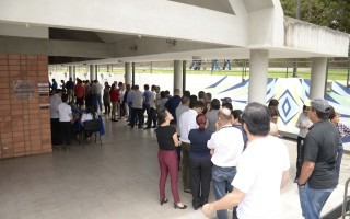Personas haciendo fila para emitir el voto