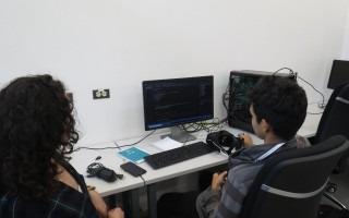 personas mirando la computadora