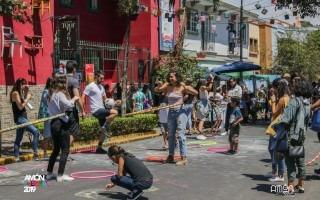 Personas haciendo actividades culturales en la calle