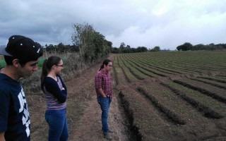 estudiantes_observando_tierra_cultivada_