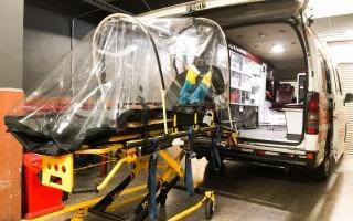 Imagen de una camilla de una ambulancia con una cápsula protectora para los pacientes con enfermedades infecciosas.