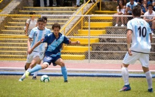Un joven de la UTN lleva la bola mientras es marcado por un rival de la UCR.