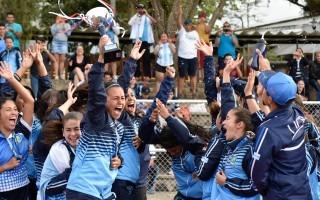 celebración de jugadoras fútbol UCR