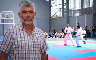 Gerardo Navarrete posa frente a una pelea de karate.