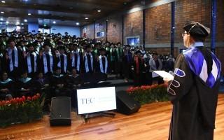 El rector del TEC, Dr. Julio César Calvo, juramenta a los graduandos. Foto: Ruth Garita/OCM.