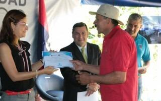 noemi_quiros_entrega_diploma_a_agricultor_