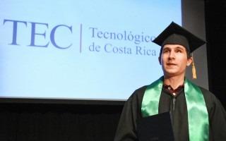 En la foto: David Campos posa como el primer ingeniero no vidente graduado en Costa Rica.
