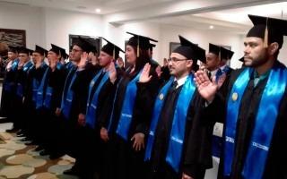 personas siendo juramentadas en graduacion