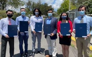 La imagen muestra seis graduados Ingeniería Mecatrónica
