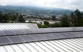 Paneles solares sobre un tejado.