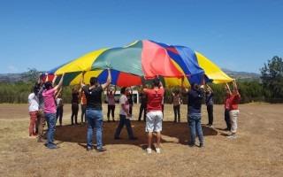 Imagen de varios estudiantes en una actividad recreativa.