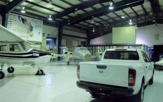 Se muestran aviones pequeños y otra maquinaría en el hangar del IPN, en México.