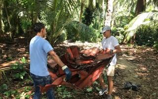 dos personas recolectan basura en isla Uvita