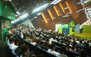 Asistentes al recibimiento oficial de los estudiantes de nuevo ingreso. (Fotografía cortesía de Telka Guzmán).