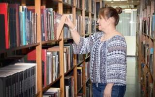Persona viendo libros en un estante