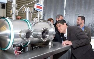 presidente observando el laboratorio de plasma