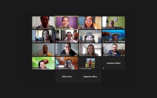 Varios rostros en una reunión virtual