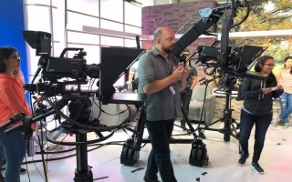 La fotografía muestra una de las clases de producción audiovisual que estudiantes del TEC realizaron en la Universidad Sacred Heard