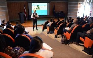 juan_manuel_garcia_experto_en_innovacion_sustentable_posando_en_auditorio_