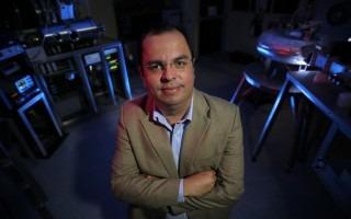 Imagen de un hombre en un laboratorio de plasma.