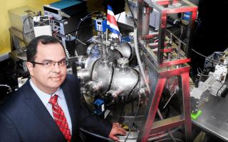 Dr. Iván Vargas junto al Stellarator de Costa Rica 1 (SCR-1) (OCM-TEC)
