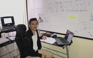 jose_ulate_en_escritorio_con_pizarra_con_anotaciones_sobre_proyecto_