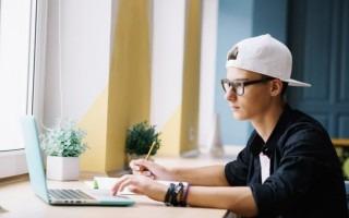 imagen de un estudiante frente a la computadora