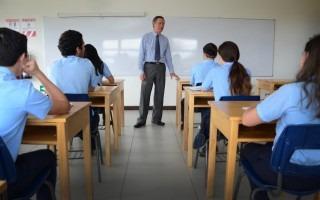 profesor_juan_meneses_dando_lecciones_a_estudiantes_colegio_cientifico_