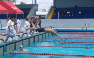 nadador_del_tec_lanzandose_a_piscina_para_competir_
