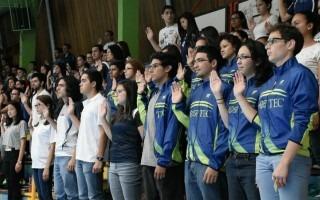 atletas_levantando_la_mano_derecha_haciendo_juramento_