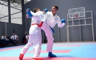 Dos cometidores en una pelea de karate.