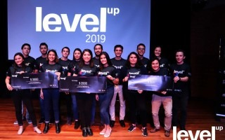 estudiantes ganadores de Level up en el escenario